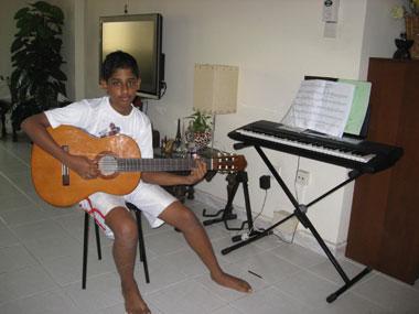 Tony an der Gitarre